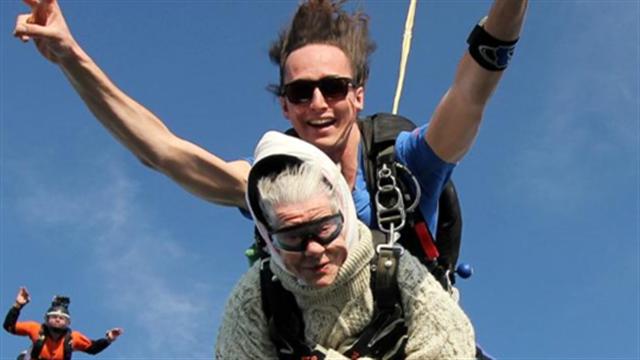 全程保持微笑 101岁老人完成跳伞