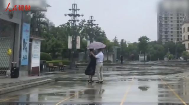 情深深雨濛濛 一对老人自带音响在雨中起舞
