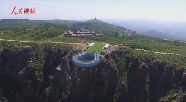 伸出悬崖30米 全球最长玻璃环廊郑州落成