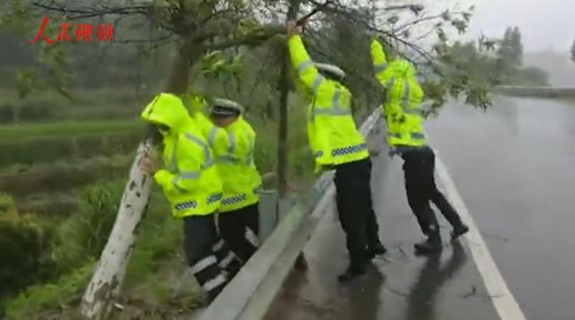 """""""玛莉亚""""来袭 风雨中他们是这样的人民警察"""