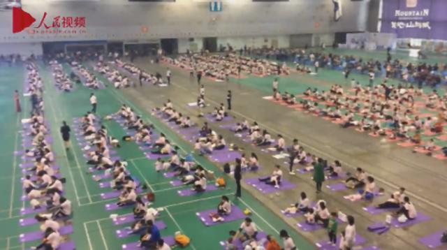 新的世界纪录 重庆765组家庭同练亲子瑜伽