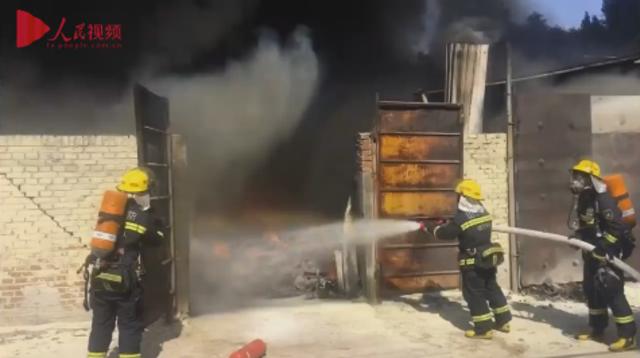 消防2分钟生死营救 火海中辟开救生通道