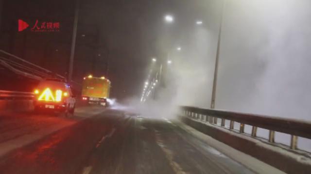 杭州迎来首场大雪 抗冰雪他们一夜无眠