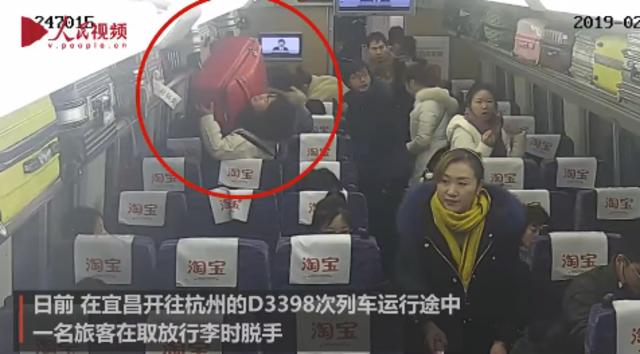 女子火车上放行李失手 砸晕行李架下乘客