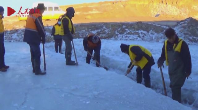 铁路打冰人:零下30℃气温里泡水中除冰