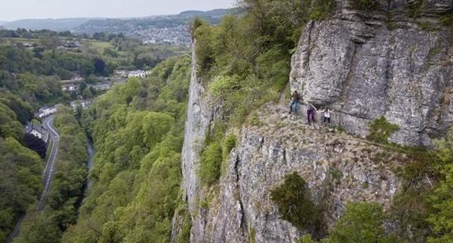 一家人仅扶着崖壁走过英国最吓人小径
