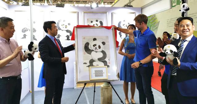 """""""太极熊猫""""邮票在世界邮展首发"""