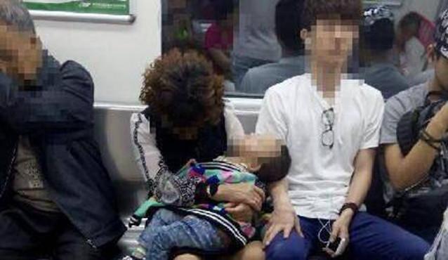 重庆一对母子地铁上睡着 邻座小伙借臂当枕