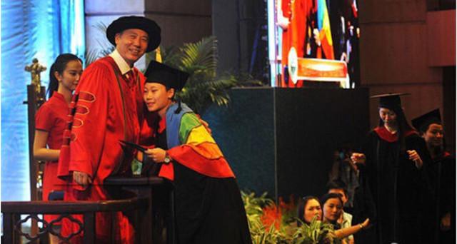中山大学女生毕业礼出柜获校长拥抱