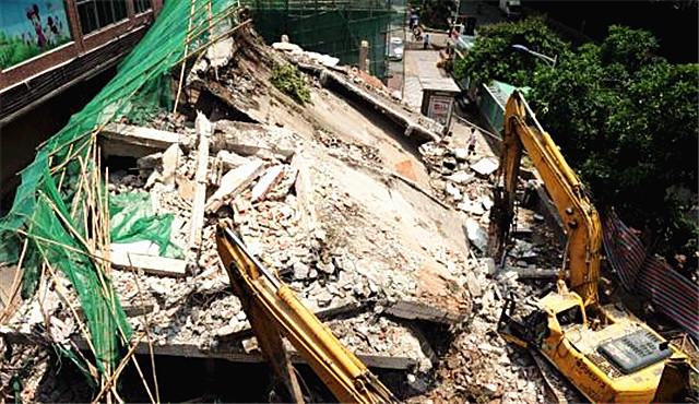 广州一拆建楼房坍塌  司机被砸身亡