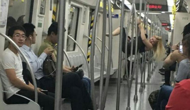 外国女孩天津地铁内跳钢管舞 乘客傻眼
