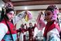 3月23日,在合肥市瑶海区少儿艺术学校,孩子们在练习京剧表演。