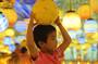 8月9日,一小朋友在青岛西海岸新区金沙滩啤酒城一大型5D全息光影艺术展中游玩。(张进刚 摄)